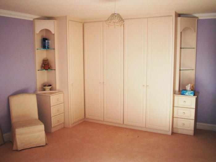 Bespoke fitted corner wardrobes
